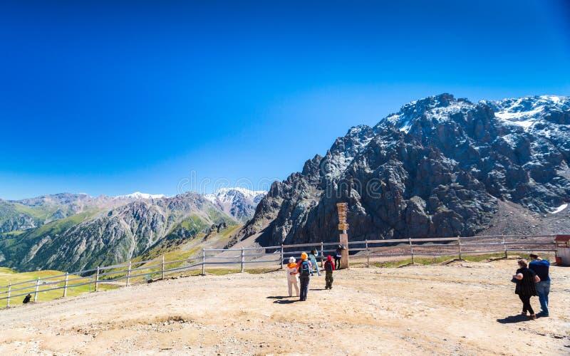 Opini?n del verano de los picos de monta?a del Alatau Medeo en Alma-ATA en Kazajist?n fotos de archivo