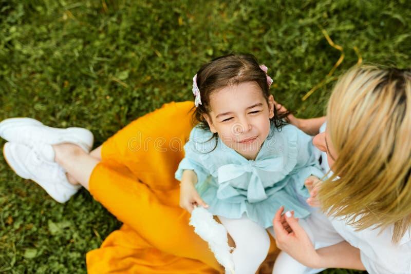 Opini?n desde arriba del ni?o feliz que juega con su madre, disfrutando del tiempo junto al aire libre D?a de madres foto de archivo libre de regalías