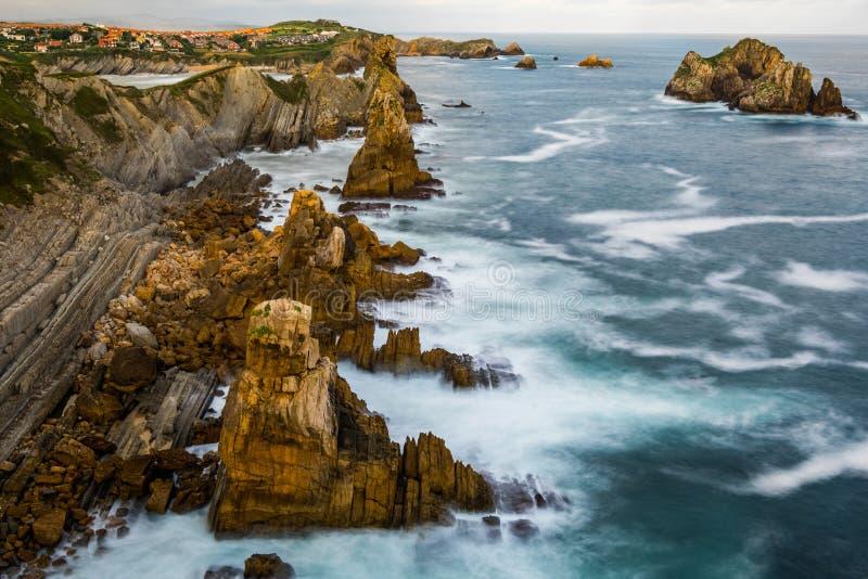 Opini?n dram?tica Playa de la Arnia, Cantabria, Espa?a fotos de archivo
