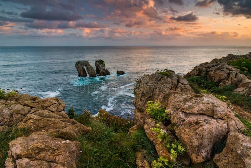 Opini?n dram?tica Playa de la Arnia, Cantabria, Espa?a foto de archivo libre de regalías
