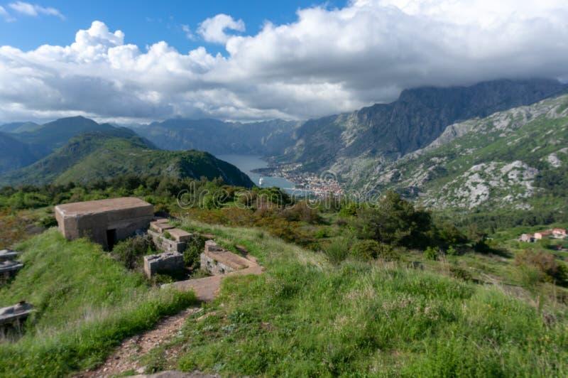Opini?n granangular de la fortaleza de Thurmfort Gorazda con las paredes y los edificios externos del pared e internos montenegro foto de archivo
