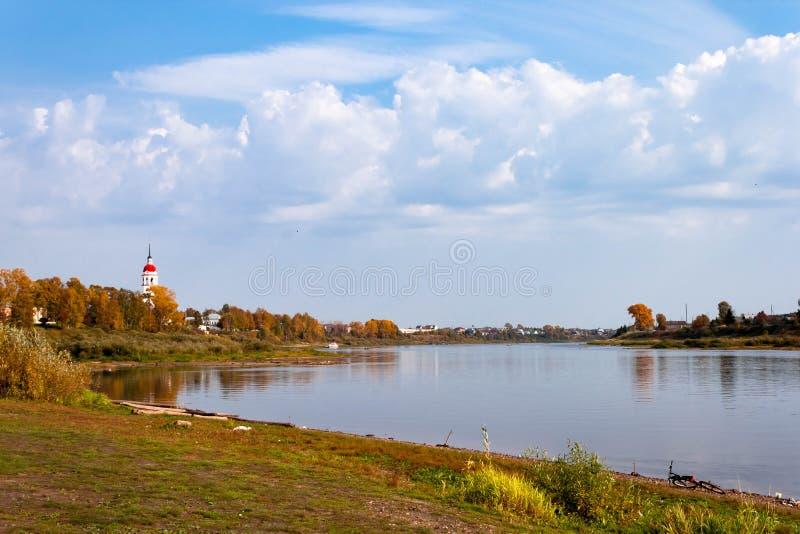 Opini?n hermosa de la naturaleza de la iglesia y del r?o en Totma, regi?n de Vologda, Rusia fotos de archivo libres de regalías
