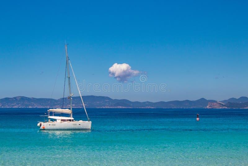 Opini?n impresionante del mar: los colores asombrosos del mar Mediterr?neo en el La Sabina, isla de Formentera, Baleares, Espa?a imagenes de archivo