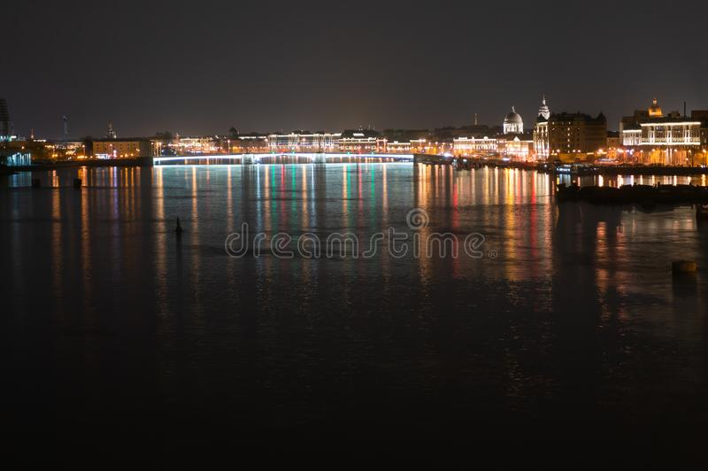 Opini?n panor?mica de la noche de Neva River y del puente iluminados de Tuchkov, St Petersburg, Rusia fotos de archivo libres de regalías
