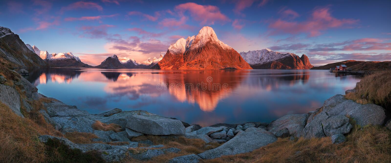 Opini?n panor?mica de la puesta del sol o de la salida del sol sobre las monta?as imponentes en las islas de Lofoten, Noruega, pa imágenes de archivo libres de regalías
