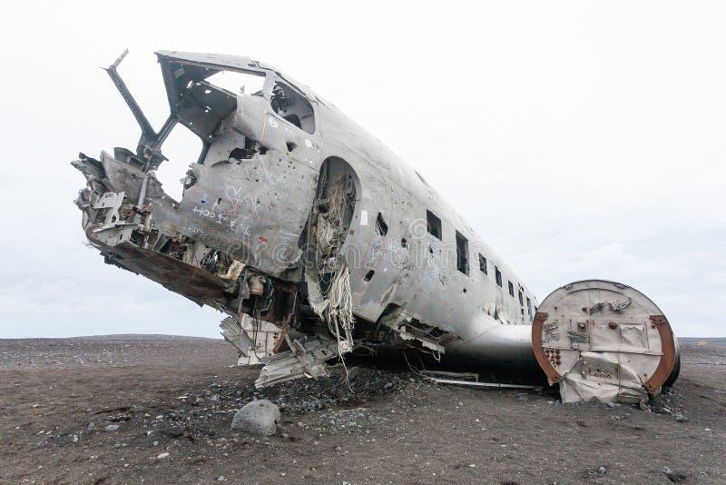 Opini?n plana de la ruina de Solheimasandur Se?al del sur de Islandia imagenes de archivo