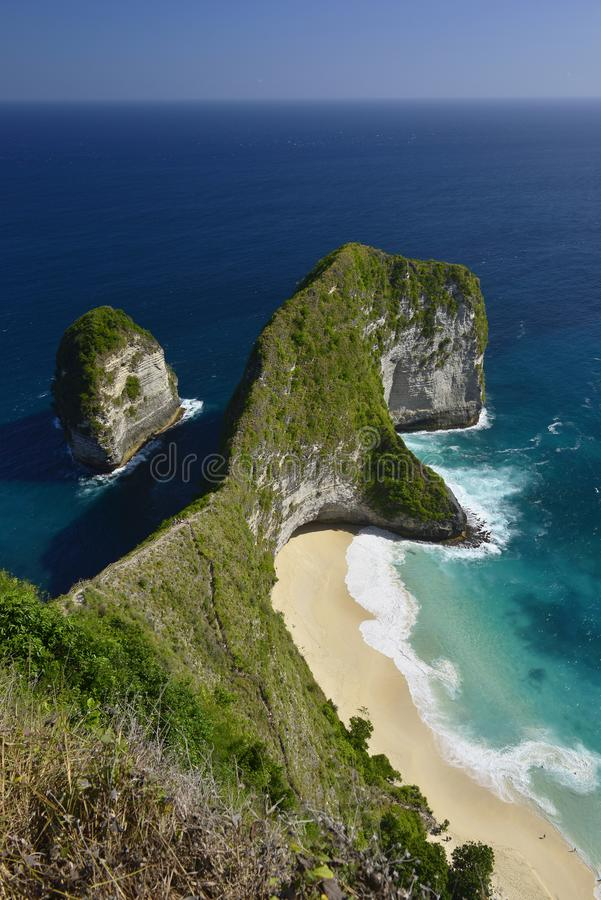 Opini?n a?rea de la costa maravillosa asombrosa de la playa situada en Nusa Penida, al sureste de la isla de Bali, Indonesia fotografía de archivo libre de regalías