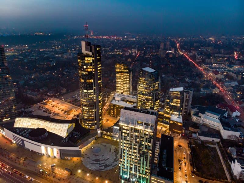 Opini?n a?rea de la noche de la ciudad de Vilna - capital lituana por el ojo del p?jaro fotos de archivo