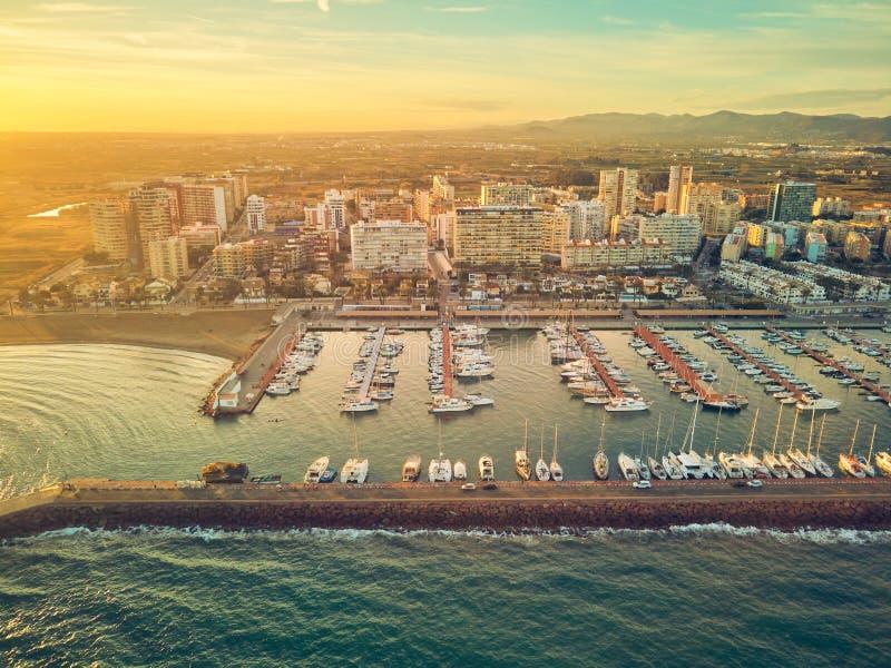 Opini?n a?rea de la puesta del sol del puerto deportivo de La Pobla de Farnals, Valencia, Espa?a Barcos amarrados en el puerto en fotos de archivo libres de regalías