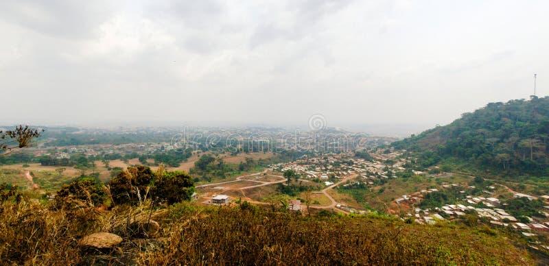 Opini?n a?rea del paisaje urbano a Yaounde, capital del Camer?n imagenes de archivo