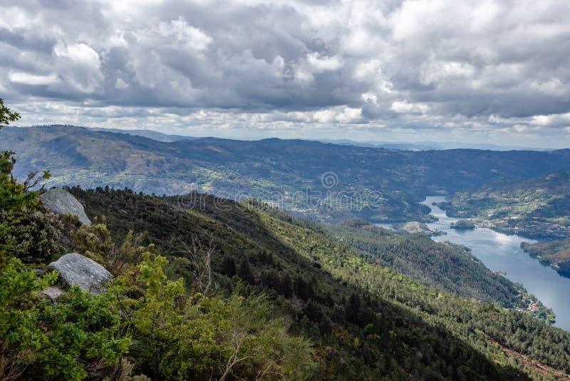 Opini?n sobre el r?o de Lima que serpentea con Peneda Geres, el ?nico parque nacional en Portugal, situado en la regi?n de Norte imagen de archivo libre de regalías