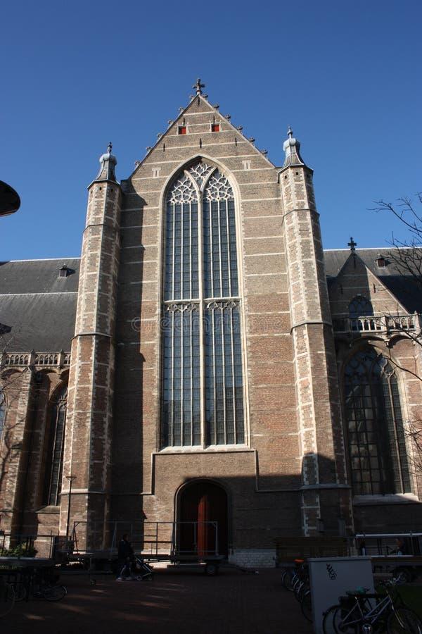 Opini?n sobre la iglesia de San Lorenzo en Rotterdam, la ciudad metropolitana holandesa en un d?a de primavera hermoso fotos de archivo libres de regalías
