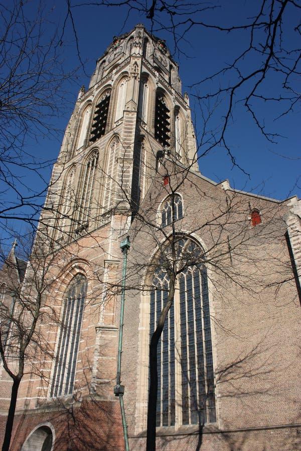 Opini?n sobre la iglesia de San Lorenzo en Rotterdam, la ciudad metropolitana holandesa en un d?a de primavera hermoso foto de archivo libre de regalías