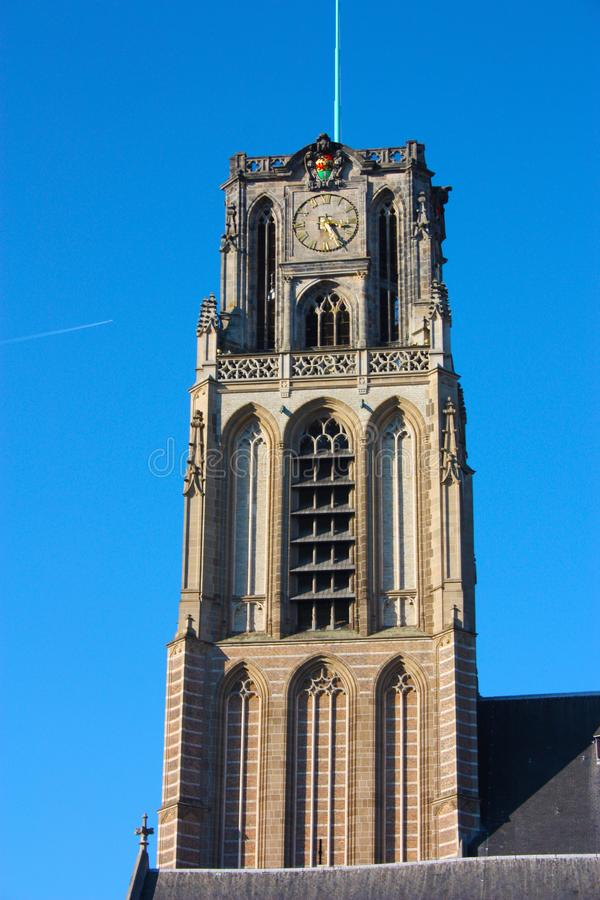 Opini?n sobre la iglesia de San Lorenzo en Rotterdam, la ciudad metropolitana holandesa en un d?a de primavera hermoso fotografía de archivo libre de regalías