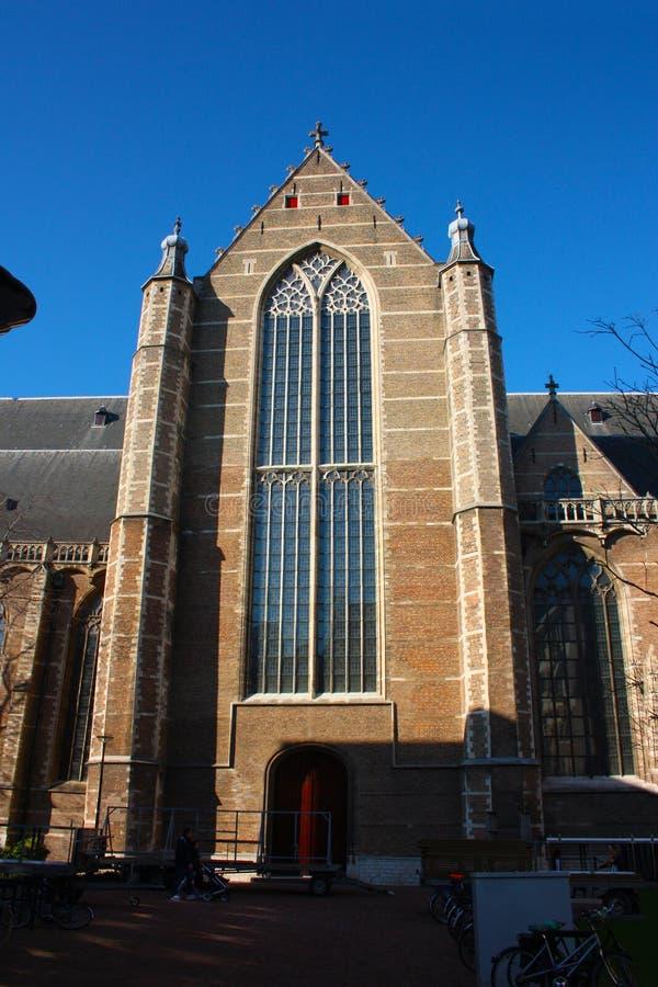 Opini?n sobre la iglesia de San Lorenzo en Rotterdam, la ciudad metropolitana holandesa en un d?a de primavera hermoso fotos de archivo