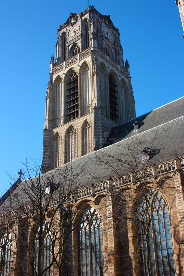 Opini?n sobre la iglesia de San Lorenzo en Rotterdam, la ciudad metropolitana holandesa en un d?a de primavera hermoso fotografía de archivo