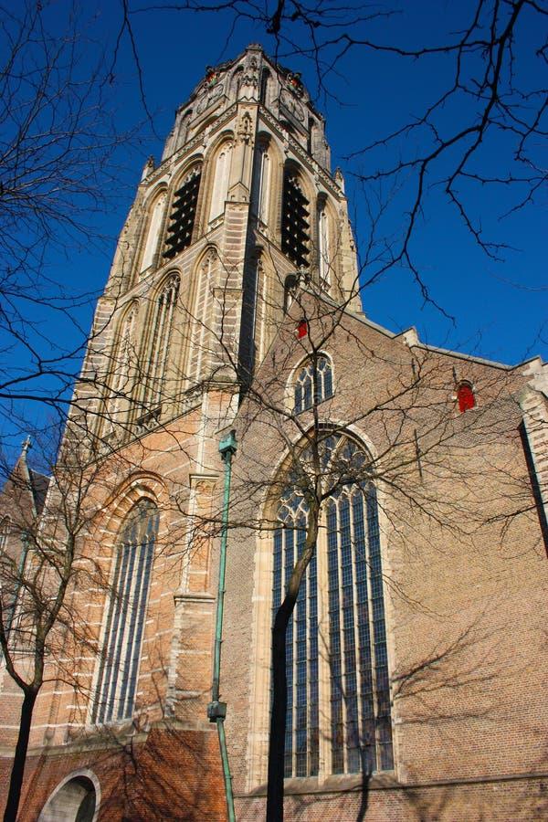 Opini?n sobre la iglesia de San Lorenzo en Rotterdam, la ciudad metropolitana holandesa en un d?a de primavera hermoso foto de archivo