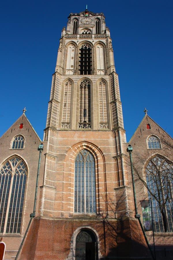 Opini?n sobre la iglesia de San Lorenzo en Rotterdam, la ciudad metropolitana holandesa en un d?a de primavera hermoso imagen de archivo