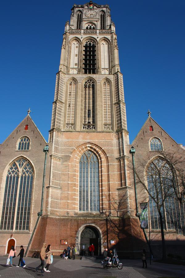 Opini?n sobre la iglesia de San Lorenzo en Rotterdam, la ciudad metropolitana holandesa en un d?a de primavera hermoso imagenes de archivo