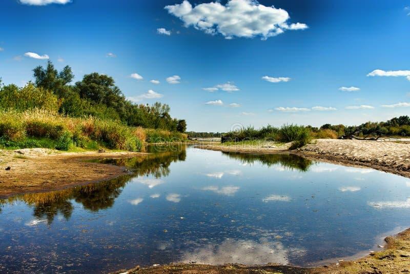 Opini?n sobre la orilla salvaje del V?stula en Jozefow cerca de Varsovia en Polonia fotos de archivo
