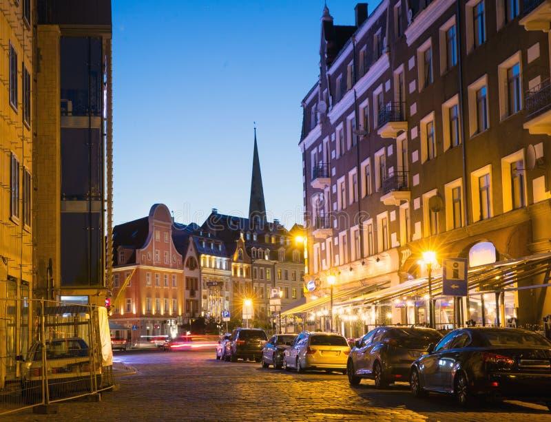 Opini?n sobre Riga vieja noche riga latvia Distrito central nombrado Old Riga foto de archivo libre de regalías