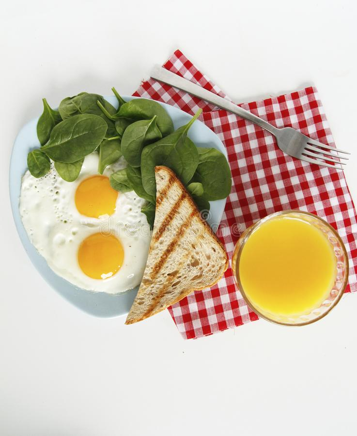 Opini?n superior del desayuno huevos, zumo de naranja, espinaca, tostadas imagen de archivo libre de regalías