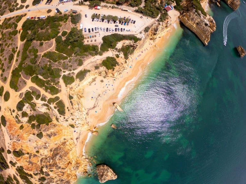 Opini?n superior sobre la costa de Oc?ano Atl?ntico, de la playa y de acantilados en Praia de Marinha, Algarve Portugal fotografía de archivo libre de regalías