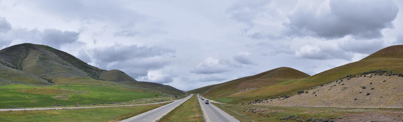 Opini?n tempestuosa del panorama del paisaje de la frontera de Utah y de Idaho de la autopista 84, I-84, prop?sito del cultivo ru imagenes de archivo
