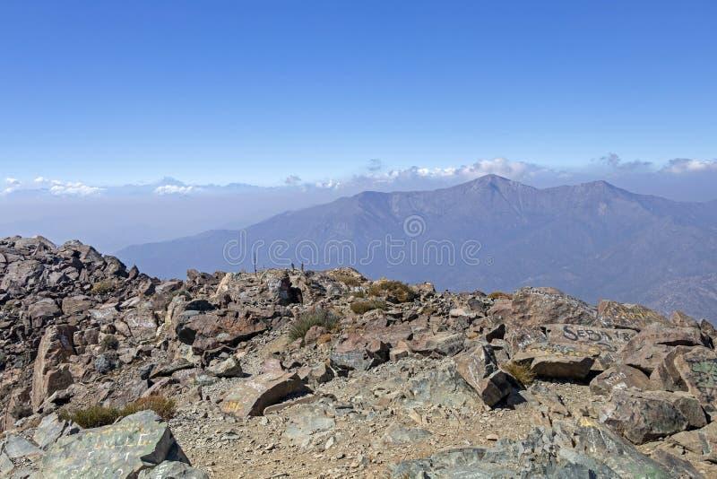 Opini?o da cimeira da montanha com paisagem de Andes e de Aconcagua no dia claro no parque de Campana National do La no Chile cen foto de stock royalty free