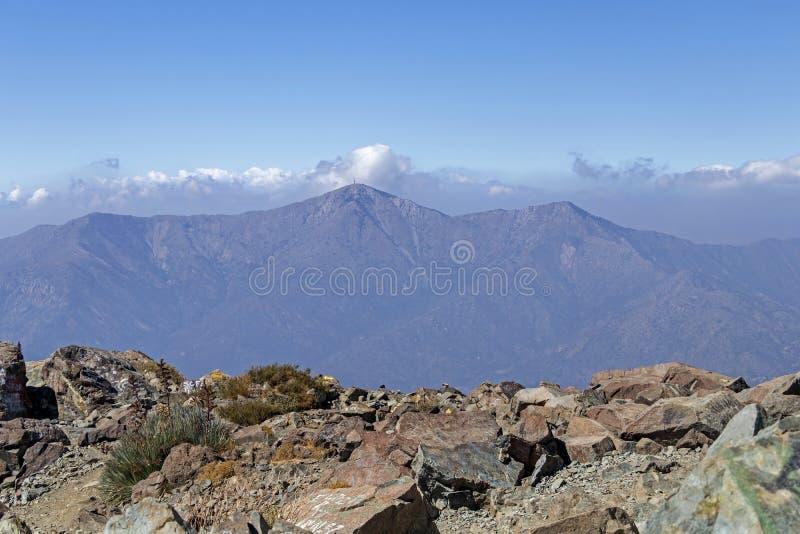 Opini?o da cimeira da montanha com paisagem de Andes e de Aconcagua no dia claro no parque de Campana National do La no Chile cen imagem de stock royalty free