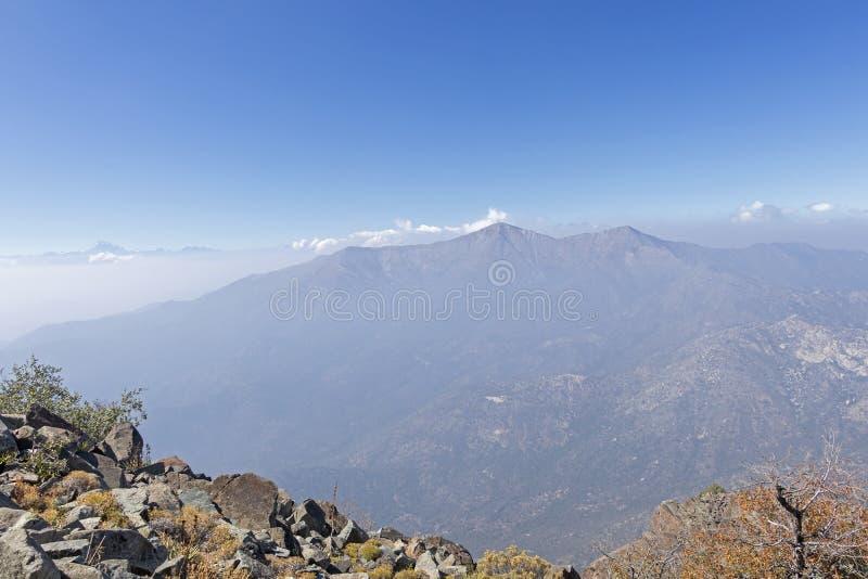 Opini?o da cimeira da montanha com paisagem de Andes e de Aconcagua no dia claro no parque de Campana National do La no Chile cen fotos de stock royalty free