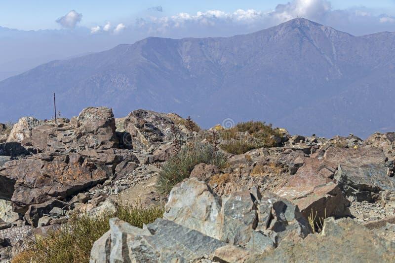 Opini?o da cimeira da montanha com paisagem de Andes e de Aconcagua no dia claro no parque de Campana National do La no Chile cen foto de stock