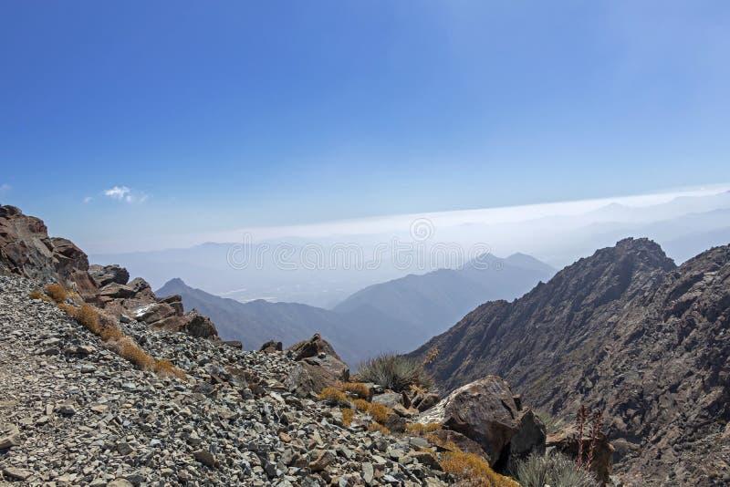 Opini?o da cimeira da montanha com paisagem de Andes e de Aconcagua no dia claro no parque de Campana National do La no Chile cen imagens de stock