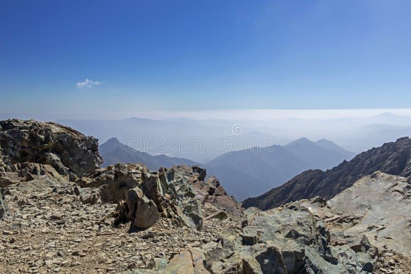 Opini?o da cimeira da montanha com paisagem de Andes e de Aconcagua no dia claro no parque de Campana National do La no Chile cen imagens de stock royalty free
