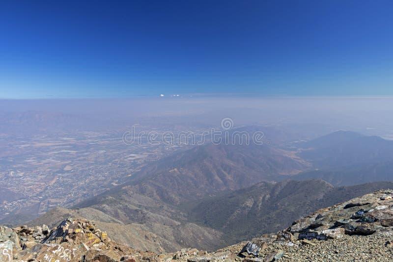 Opini?o da cimeira da montanha com paisagem de Andes e de Aconcagua no dia claro no parque de Campana National do La no Chile cen imagem de stock