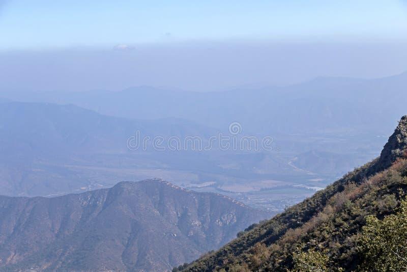 Opini?o da cimeira da montanha com paisagem de Andes e de Aconcagua no dia claro no parque de Campana National do La no Chile cen fotografia de stock