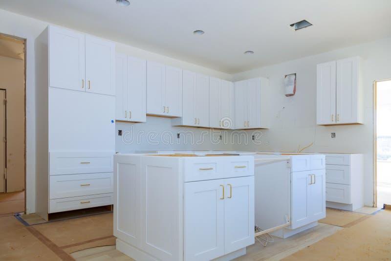 Opini?o da cozinha da melhoria de casa instalada em um arm?rio de cozinha novo imagem de stock royalty free