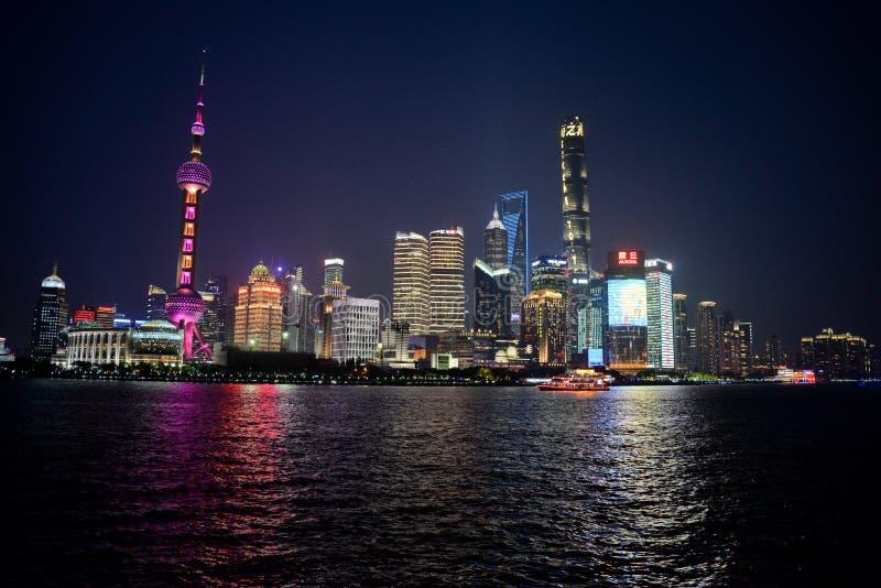 Opini?o da noite de Shanghai Skyline de Pudong foto de stock