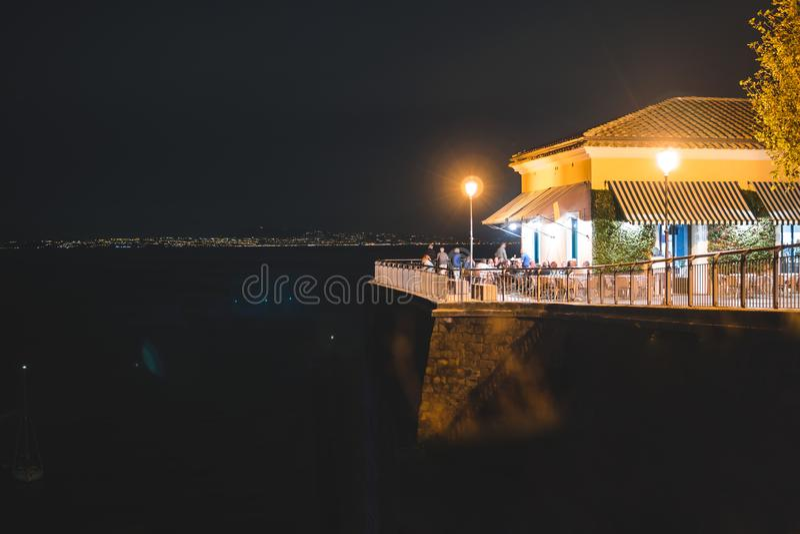 Opini?o da noite de Sorrento e do mar Mediterr?neo, It?lia fotos de stock