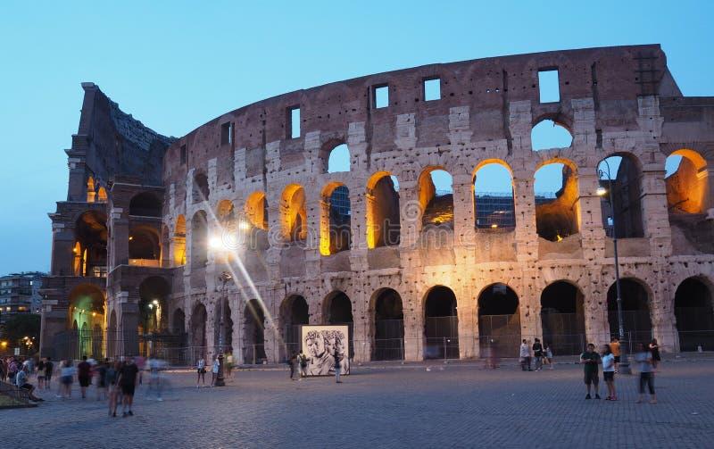 Opini?o da noite do colosseum em Roma fotos de stock