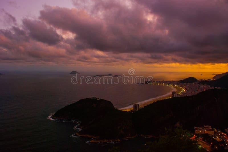 Opini?o da noite da praia, do Urca e do Botafogo de Copacabana de Sugar Loaf em Rio de janeiro fotografia de stock royalty free