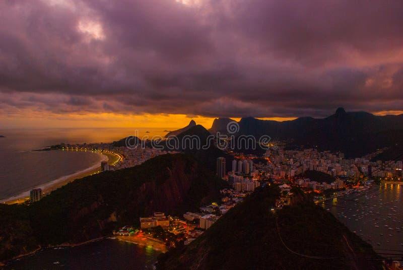 Opini?o da noite da praia, do Urca e do Botafogo de Copacabana de Sugar Loaf em Rio de janeiro fotos de stock royalty free