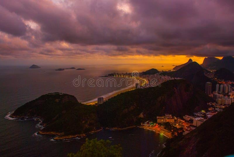 Opini?o da noite da praia, do Urca e do Botafogo de Copacabana de Sugar Loaf em Rio de janeiro fotografia de stock