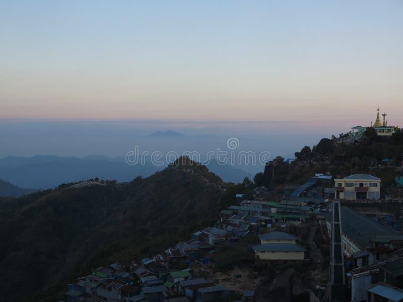 Opini?o da paisagem no c?u colorido da manh? com o pagode dourado no monte em Myanmar imagem de stock royalty free