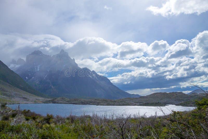 Opini?o de Pehoe do lago, Torres del Paine, o Chile imagem de stock