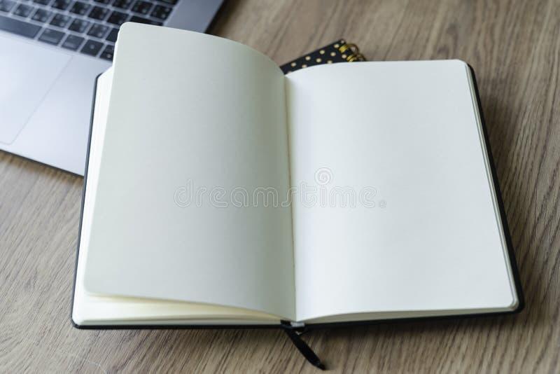 Opini?o desktop do escrit?rio com caderno vazio imagens de stock royalty free