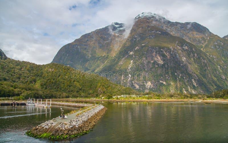 A opini?o do cen?rio Milford Sound, a atra??o natural a mais espetacular de Nova Zel?ndia na ilha sul de Nova Zel?ndia imagens de stock royalty free