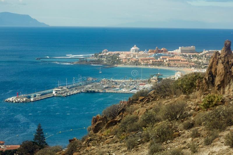 Opini?o do Los Cristianos da montanha de Guaza Baía do porto da cidade Tenerife, Ilhas Can?rias spain fotografia de stock royalty free
