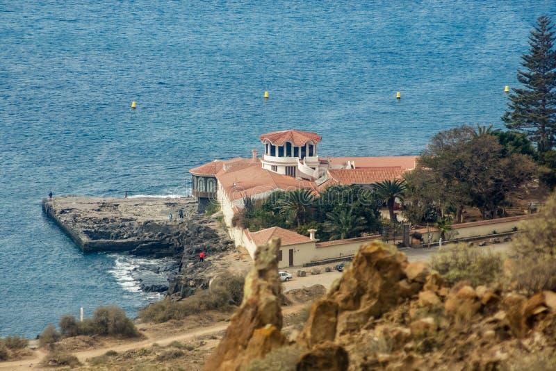 Opini?o do Los Cristianos da montanha de Guaza Casa de campo que fica perto da baía portuária velha Tenerife, Ilhas Can?rias spai imagens de stock royalty free
