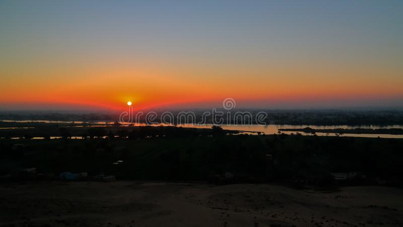 Opini?o do panorama do por do sol a Nile River do local arqueol?gico de Beni Hasan em Minya, Egito foto de stock royalty free